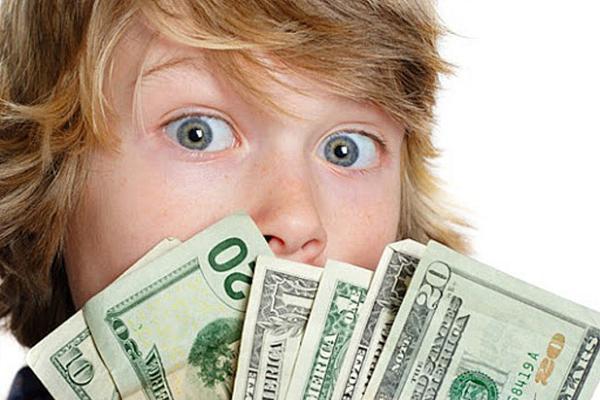 Ребенок с долларами