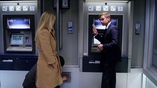 Инкассаторы у банкомата