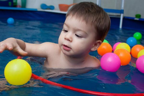 Малыш плавает